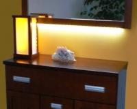 Lustro-w-pelnym-oswietleniu-z-lampa-stojaca-i-komoda